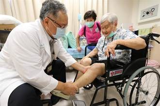 96歲高齡阿嬤置換全膝關節 開心再度趴趴走