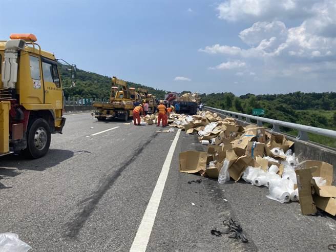 國道3號北向371.2公里處田寮路段14日中午12時7分發生一起死亡車禍,車上物品散落一地,國道工作人員到場處理。(翻攝照片/林瑞益高雄傳真)