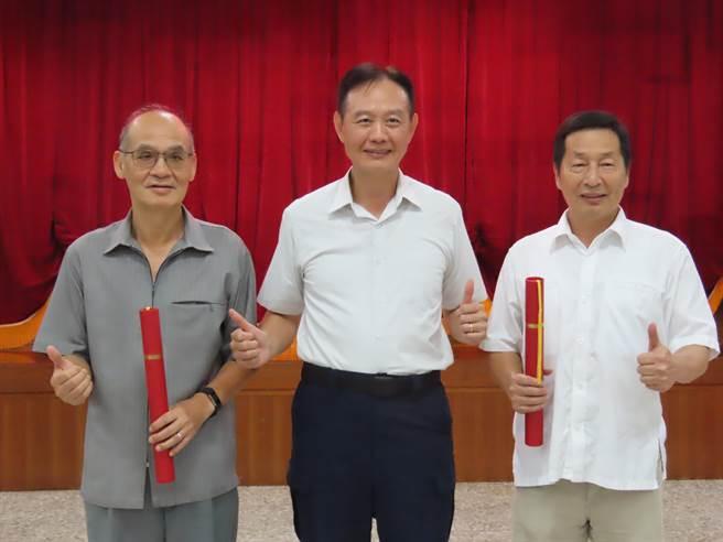 台南市警察局14日為將退休的2位副局長林金郎、許世旻舉行歡送茶會,局長周幼偉也到場,神情輕鬆。(莊曜聰攝)
