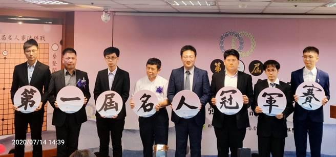 第一屆圍棋名人冠軍賽最後32強賽16日登場,紅面棋王周俊勳以及美女棋士黑嘉嘉都受邀參賽。(黃邱倫)
