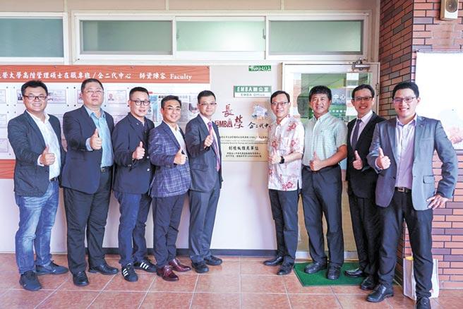櫃買中心研究員曹國龍(左五)、長榮大學校長李泳龍(右四)及博、碩班執行長翁耀臨(右二)。圖/周榮發