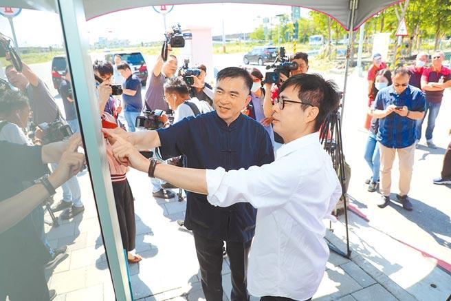 民進黨高雄巿長補選參選人陳其邁(前)13日參訪台郡科技。(曹明正攝)
