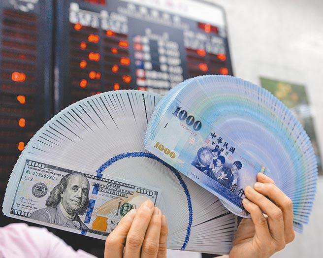 新台幣昨日整場均穩定升破29.5字頭,中央銀行阻升已成表面功夫,難敵熱錢攻勢。(本報資料照片)