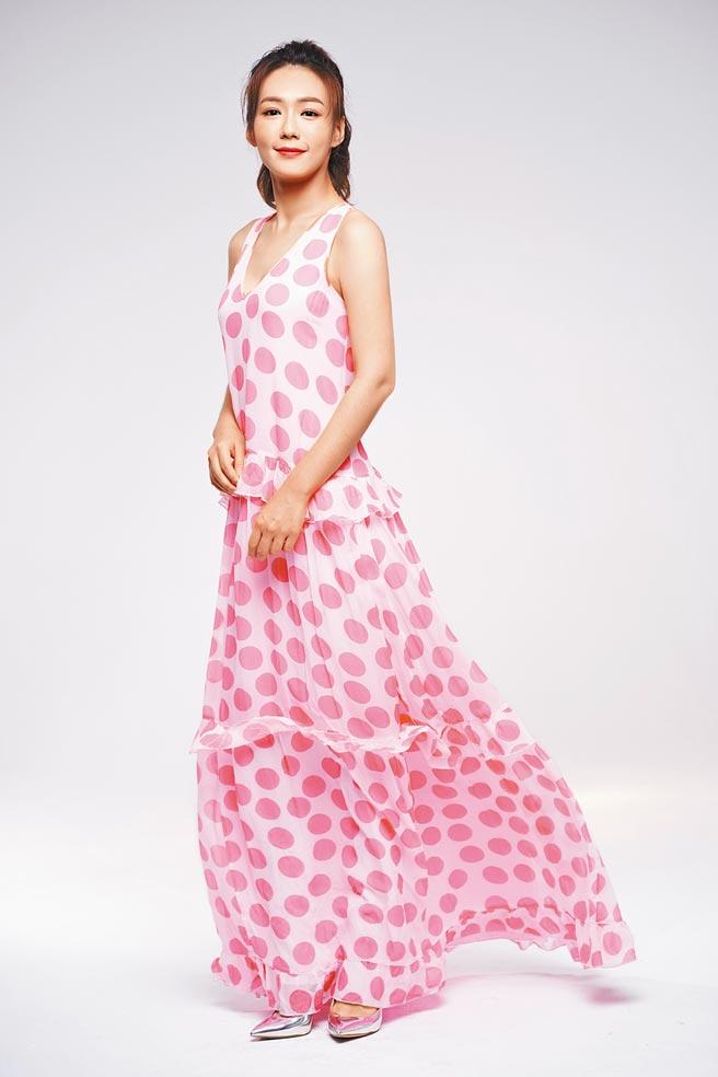 李又汝在民視金鐘劇《無主之子》飾演愛上越南移工的台灣女子,粉紅圓點長洋裝3萬2500元。(攝影/JOJ PHOTO‧服裝提供/Blumarine)