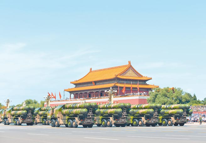 2015年9月3日,九三閱兵在北京舉行,解放軍HQ-9飛彈方隊通過天安門廣場。(新華社)