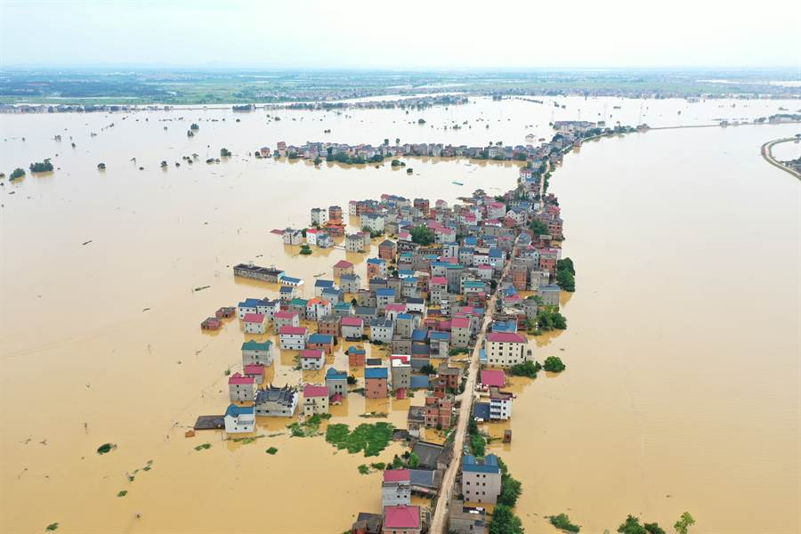 大陸南方洪水形勢嚴峻,許多河流水位已創下歷史記錄,未來3天防洪壓力更大。圖為被洪水圍困的江西省鄱陽縣昌洲鄉南湖村,洪災現場一片澤國。(圖/中新社)
