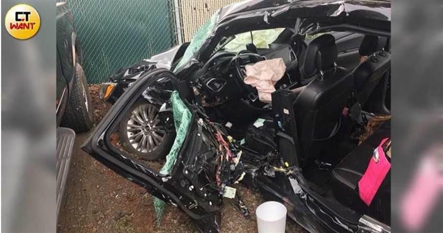 Austin在媽媽陪伴下學開車,卻慘遭卡車猛撞,車輛殘骸讓人怵目驚心。(圖/讀者提供)