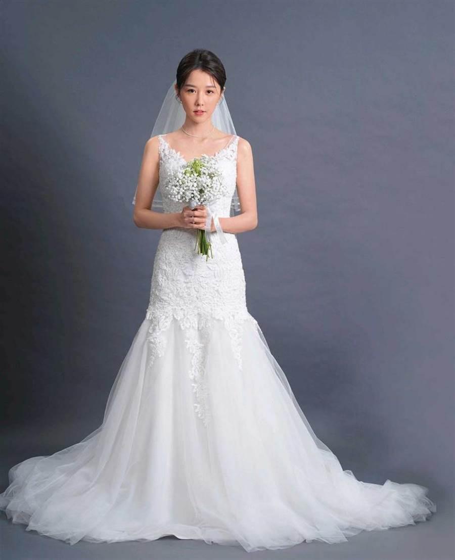 日前邵雨薇披嫁紗宣示要嫁給舞台劇,希望大家期待她的表現。(圖/寬宏提供)