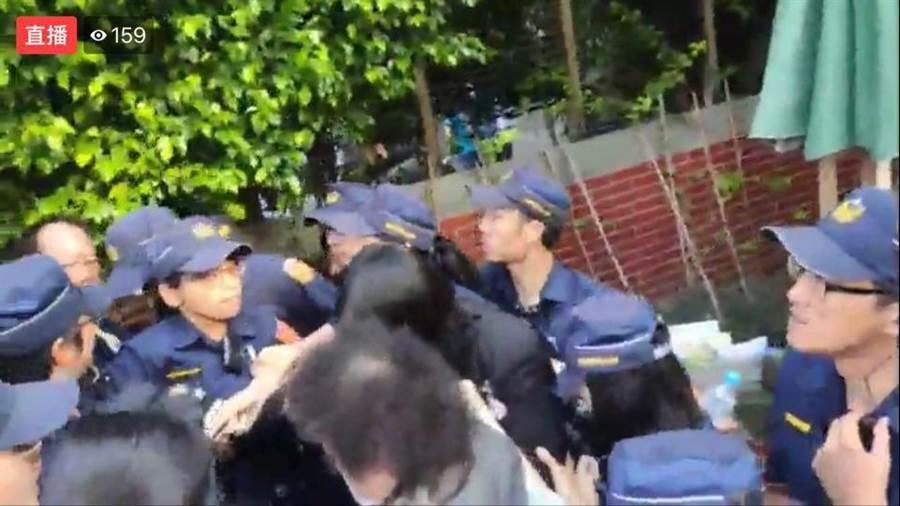 陳菊在警方戒護下進入院區。(取自洪孟楷臉書)