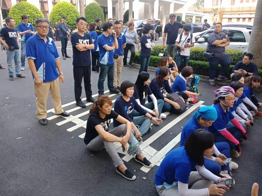 國民黨立委清晨到青島東路口等待陳菊。(國民黨團提供)