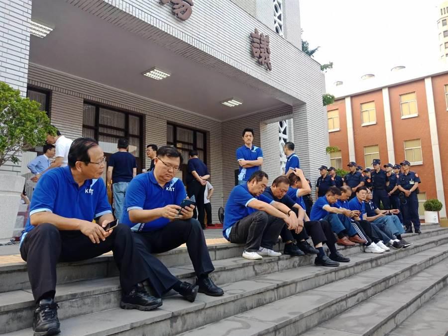 國民黨立委清晨到議場門口迎接陳菊。(國民黨團提供)