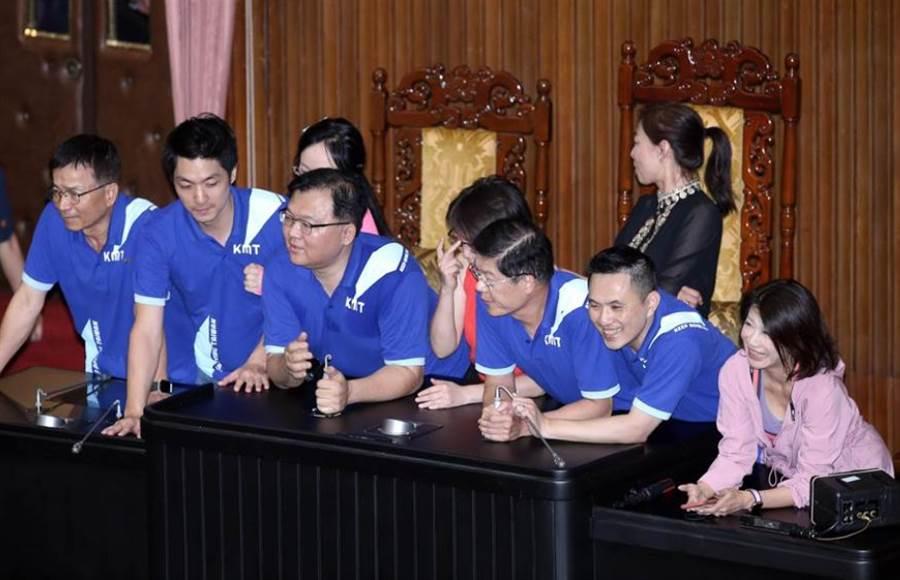 藍委佔領主席台(姚志平攝)