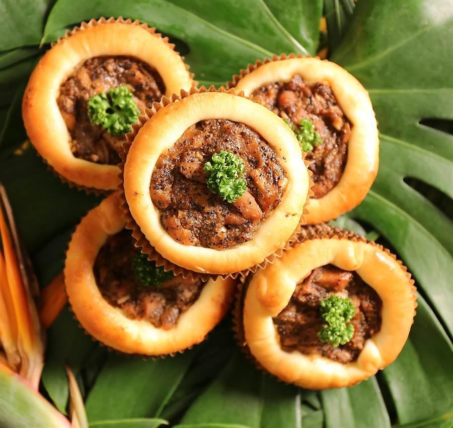 〈黑椒雞麵包〉創作靈感來自獅城新加坡名菜〈黑胡椒螃蟹〉,麵包內餡以雞肉拌了黑胡椒醬呈現。(圖/吳寶春麵包店)