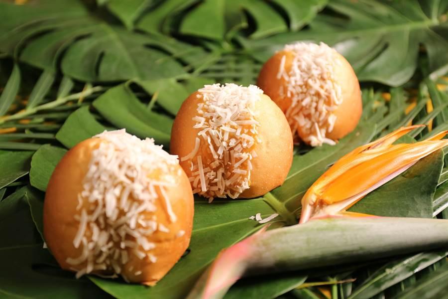 〈椰香小山丘〉造型國人不陌生,主要餡料有椰絲,以及用印尼椰糖提味的打發奶油,甜、香且口感輕盈。(圖/吳寶春麵包店)