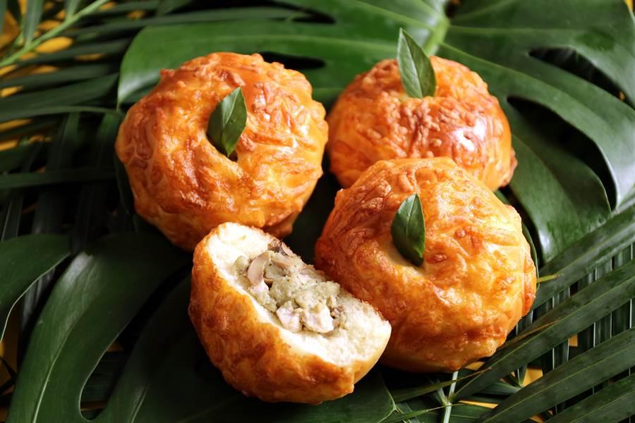 〈綠咖哩麵包〉以雞肉、蘑菇、椰奶等材料煮成綠咖哩雞,辣度溫順、辛香氣味豐富,九層塔葉辛香,甦醒味蕾。(圖/吳寶春麵包店)