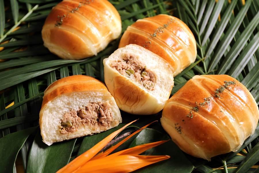 星馬人吃麵時會加一匙香而不辣、帶點酸溜尾韻的醋泡辣椒,既提味也開胃, 〈醋醃青辣椒鮪魚麵包〉創作靈感源於此。(圖/吳寶春麵包店)