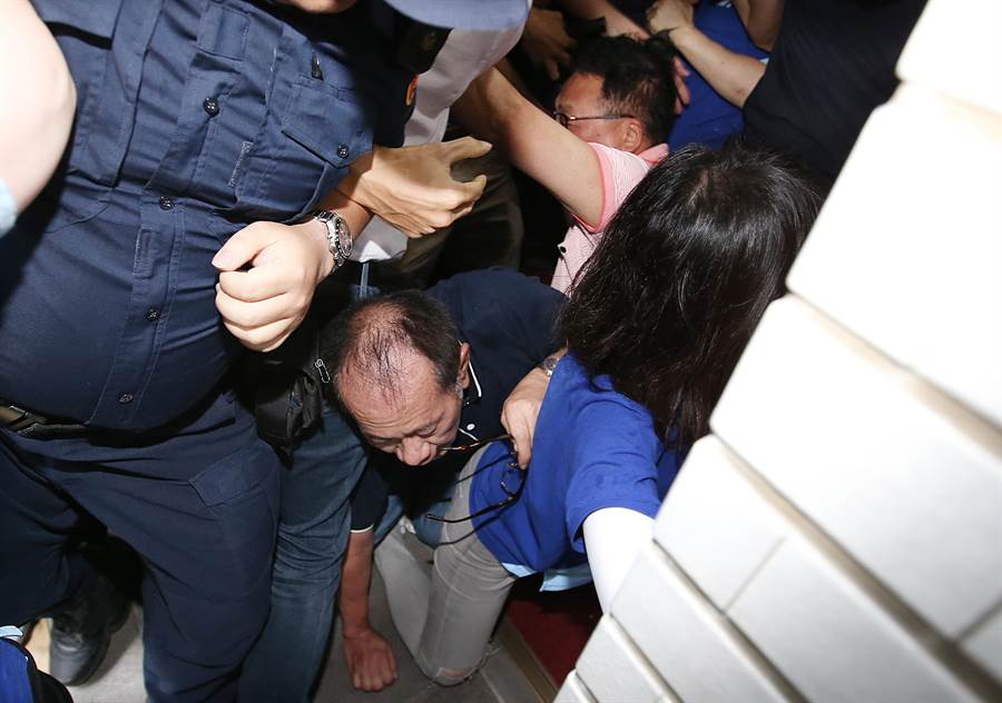 立委陳超明、陳歐珀跌倒在地。(姚志平攝)