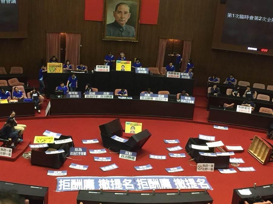 國民黨立委持續佔領議場(吳家豪攝)