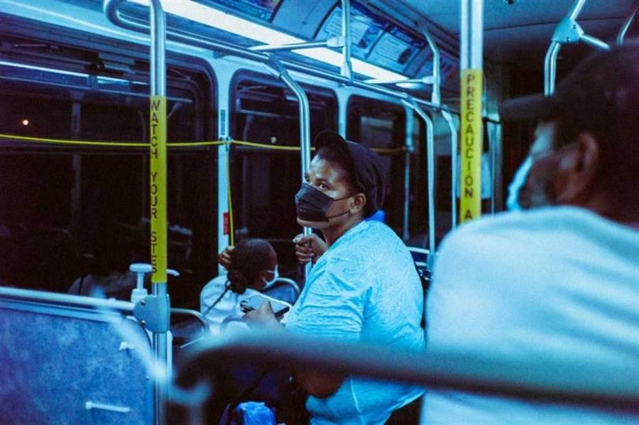 港府下令民眾搭交通運輸必須配戴口罩。(示意圖/Unsplash)