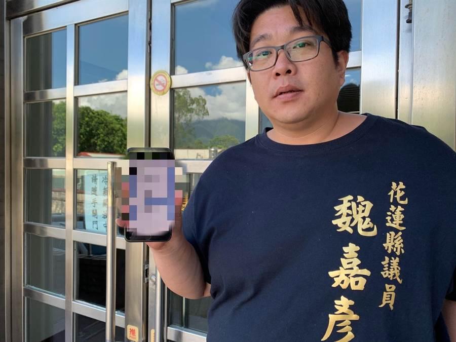 縣議員魏嘉彥出示手機家長對話群組截圖,家長向他反映,某國中疑似流傳自殺遊戲群組,讓孩子家長都擔憂。(王志偉攝)