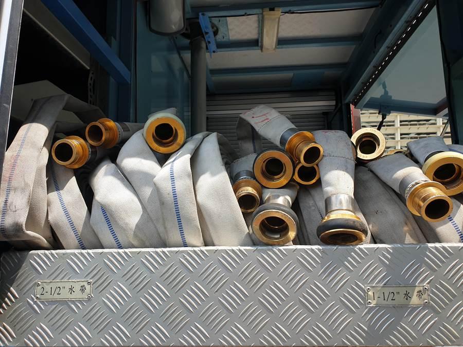 每台水箱車上均會準備2.5吋、1.5吋兩種口徑的水帶各10條。(袁庭堯攝)
