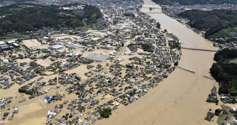 日本九州地区遭逢大雨,图为熊本县境内球磨川。(图/美联社)