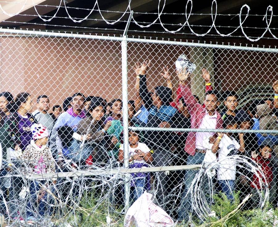 美國移民拘留中心已經淪為新冠病毒溫床及輸送中心,當中有超過3,000名移民、近千名員工確診,不過美國移民局仍持續遣返染疫移民回各國,至今已有11國證實,遣返回國的國民感染新冠肺炎。(資料照/美聯社)