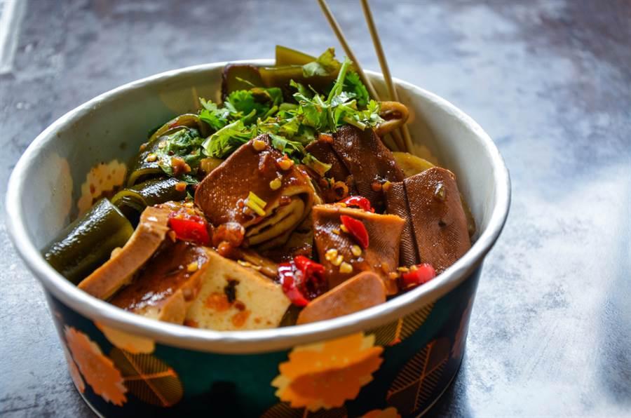 營養師表示,百頁豆腐是滷味、火鍋中的最大地雷,幾乎整塊是油!(示意圖/達志影像)