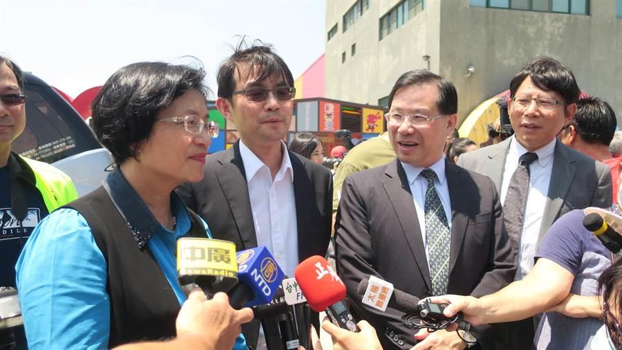 彰化縣長王惠美(左起)、中華電信處長蔡旻宏與經濟部次長林全能接受媒體聯訪。(謝瓊雲攝)