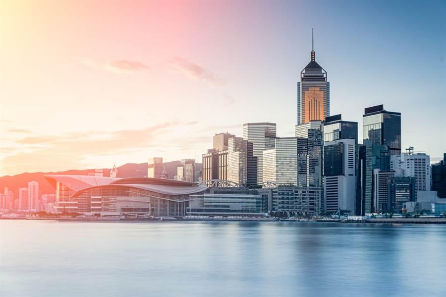 雖然在香港國安法通過後,外界一度擔憂大批外商離開,不過據香港美國商會調查顯示,受訪的183受訪公司中,約有76%關切香港國安法帶來的衝擊與影響,但超過64%的公司沒有計畫離開香港。(示意圖/達志影像)
