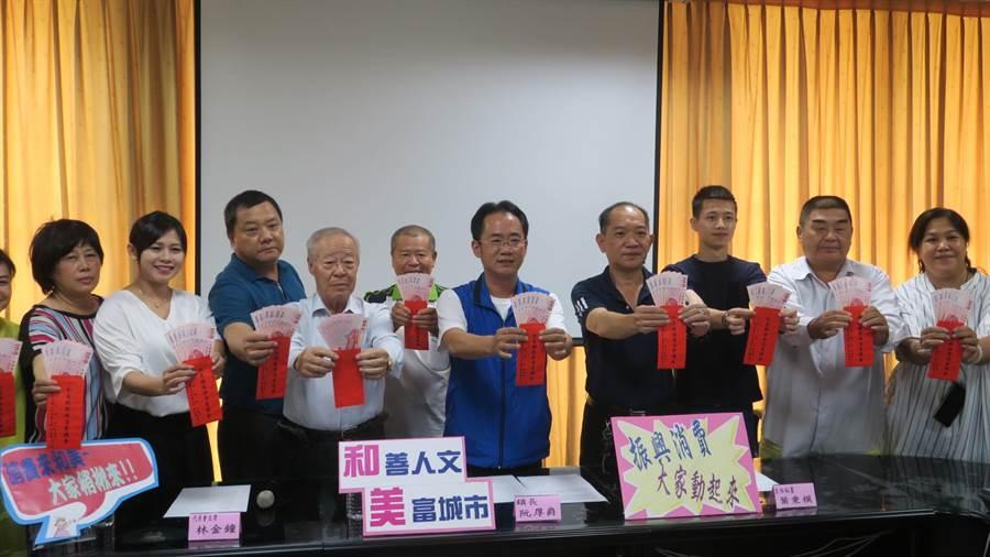 和美鎮長阮厚爵(右5)、代表會主席林金鐘(左4)與代表們聯合宣布好消息,成為全國第一個宣布加碼發現今振興消費的鄉鎮。(謝瓊雲攝)