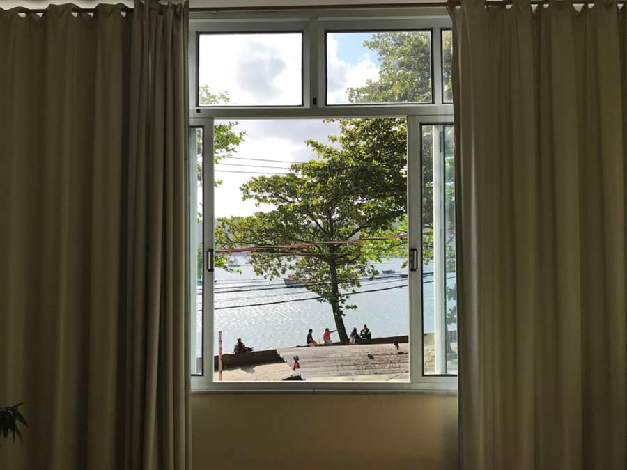 新北市新店區一名男子在家中全裸DIY,刻意選在臨馬路窗台,還將窗戶、窗簾打開,被路人拍照報警。男子被依公然猥褻罪判罰5000元。(示意圖,達志影像/shutterstock提供)