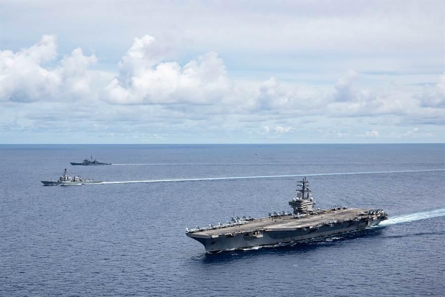 圖為7月6日美軍雷根號航空母艦打擊群在南海巡弋,為美國加入南海主權爭議方提供武力屏障,未來南海主權問題將更形複雜。(圖/美國海軍)
