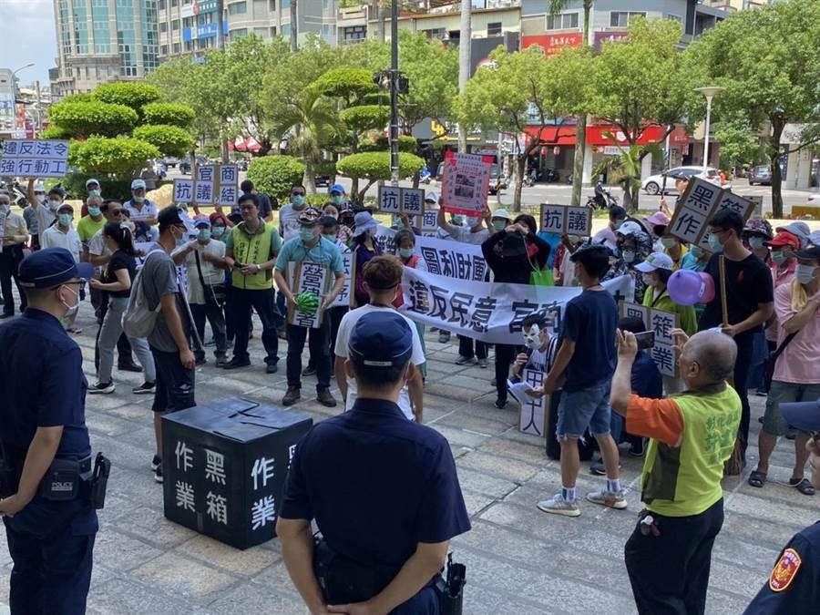田中鎮民去年組成反欣彰天然氣興建整壓站自救會,14日上午有上百名成員聚集在縣府廣場前抗議,場面火爆。(謝瓊雲攝)