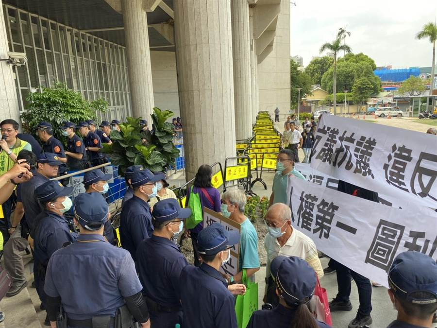 抗議的自救會成員一度醞釀要衝入縣府,警方事前就派出100多名優勢警力維持秩序,現場還架起人牆、層層拒馬阻隔群眾。(謝瓊雲攝)