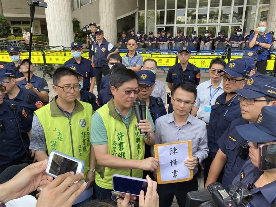 建設處代理處長陳威宏(右2)代表出面接受自救會成員的陳情書。(謝瓊雲攝)