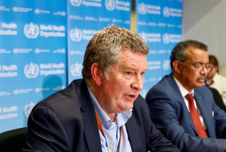 世衛組織專家邁克.瑞安(左)與總幹事譚德塞(右)在記者會上表示,疫情在可預見的未來仍會持續,疫苗短期也不會出現。(圖/路透)