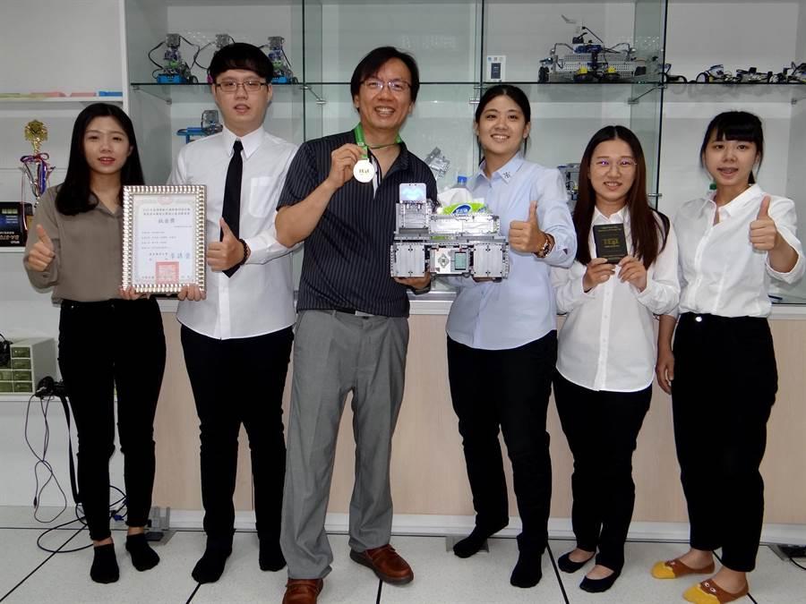 正修資管系團隊研發的服務型機器人,奪下綠點子國際發明設計賽鈦金獎。(林雅惠攝)