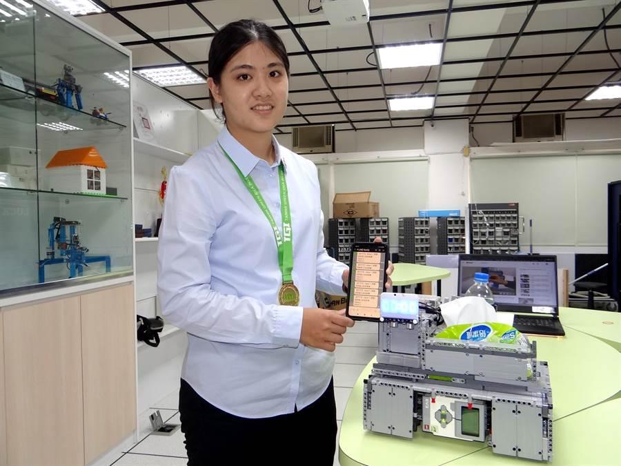 正修科大資管碩一創作同學陳巧芬說明手機APP操作方式。(林雅惠攝)