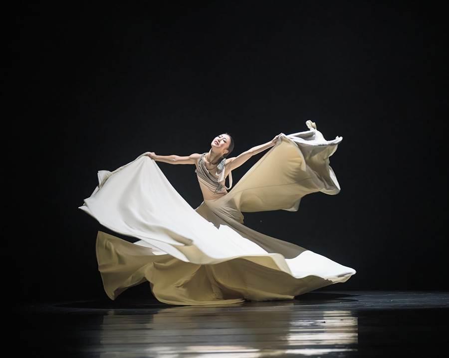 被喻為「最偉大的現世代舞蹈家之一」季綾(簡珮如),旅美13年、享譽國際,卻受新冠肺炎所困、失去舞台,受邀返台為重新開幕的桃園展演中心重磅登場,以獨舞「島」演繹被隔離的心境。(季綾提供/蔡依珍桃園傳真)