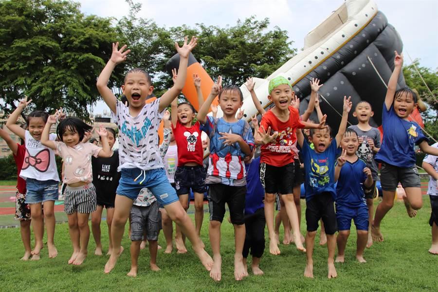 放暑假前2天高雄鳳翔國小決定讓孩子們「瘋一夏」,校方特別引進10座大型氣墊遊具,將校園變成遊樂場,讓悶了半年的學童盡情玩到嗨。(洪浩軒攝)