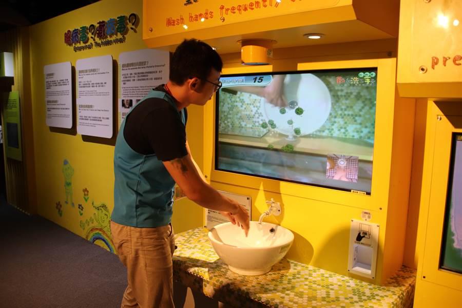 高雄科工館防疫戰鬥營主要讓孩子在各種互動式遊戲中了解疾病的相關概念。(洪浩軒攝)