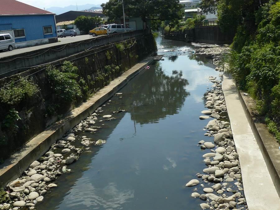 鶯歌溪河道過窄,導致豪雨來臨時水都會暴漲至路面。(水利署第十河川局提供/張睿廷新北傳真)