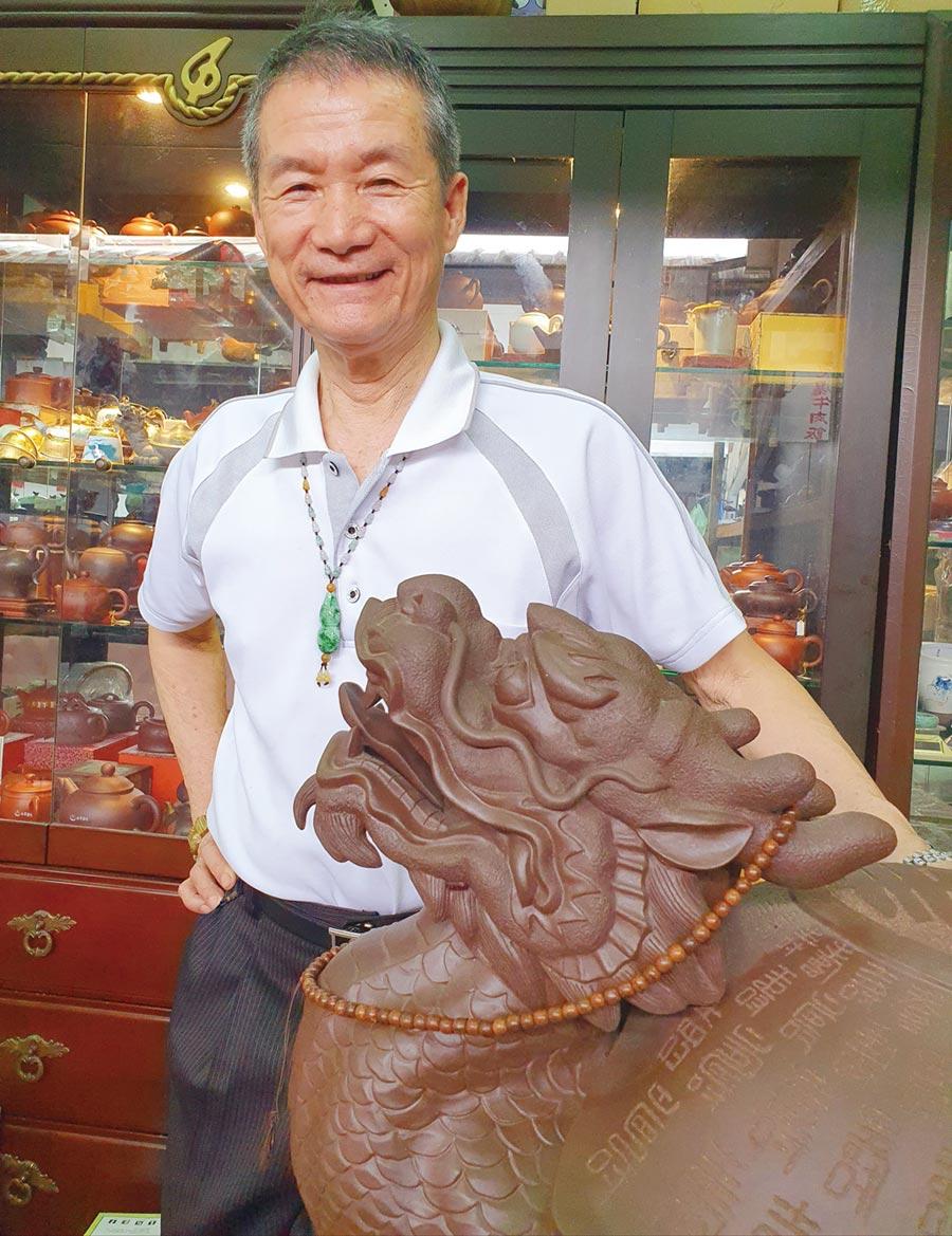 日月陶藝董事長邱庭琛專營名家壺及國寶級雕塑藝品。圖/日月陶藝老船長提供
