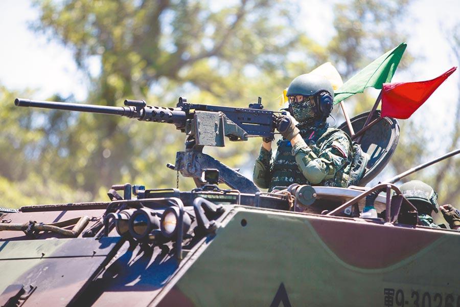 漢光36號演習13日首日,陸軍花東防衛指揮部機步營官兵在營區內實施「縮短距離演練」,M113人員運輸車快速機動前往指定位置,準備對敵實施攻擊。(軍聞社)