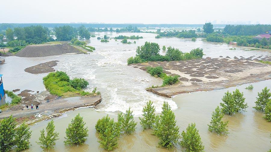 連綿不斷的暴雨導致長江一帶河段水位上漲,在湖北武漢與周邊的鄉村地區引發洪水。(中新社)