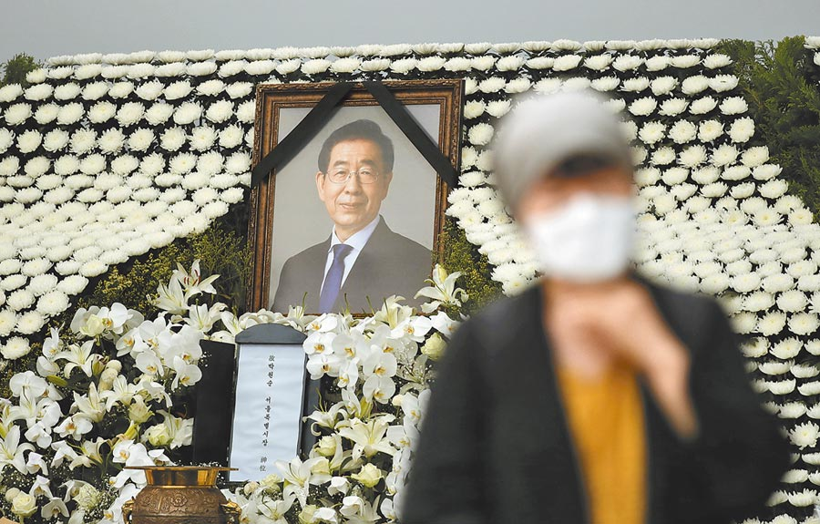 已故南韓首爾市長朴元淳上周捲入女祕書性騷擾疑雲後失蹤,隨後被發現自殺身亡。13日首爾市政府為他舉行告別式,同時總統府官網出現逾56萬人連署,反對替他舉行隆重的「市葬」。(美聯社)