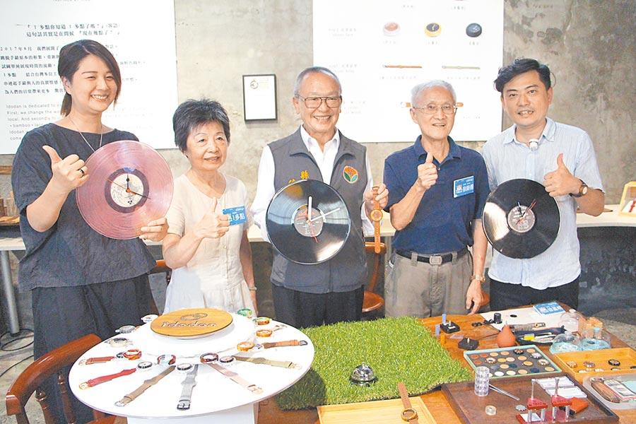 苗栗縣長徐耀昌(中)13日變身鐘錶工藝師,體驗組裝鐘錶與黑膠唱片時鐘,肯定在地青年勇敢逐夢的努力。(何冠嫻攝)