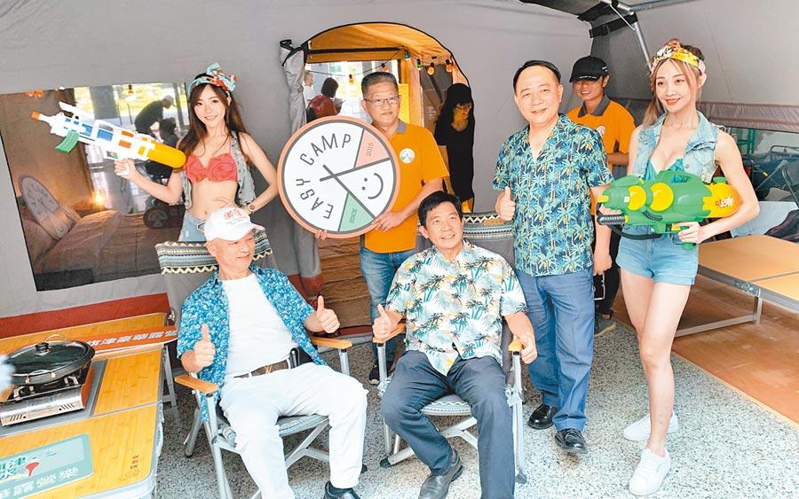 高市觀光局在旗津打造豪華露營區,歡迎遊客玩水、露營消消暑。(柯宗緯攝)