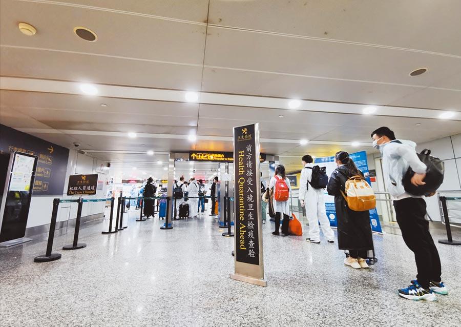 3月28日,經廣州白雲國際機場入境的人員排隊接受核酸檢測。(新華社)